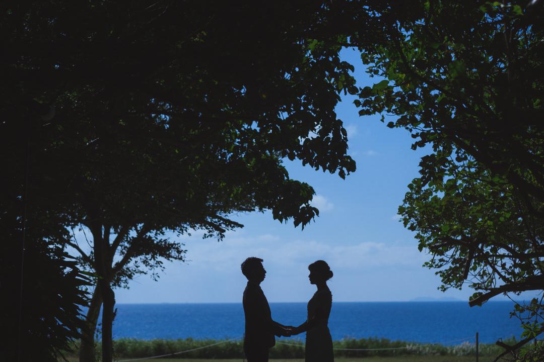 RANWEDDING仙台の沖縄ビーチプラン新郎新婦のシルエット
